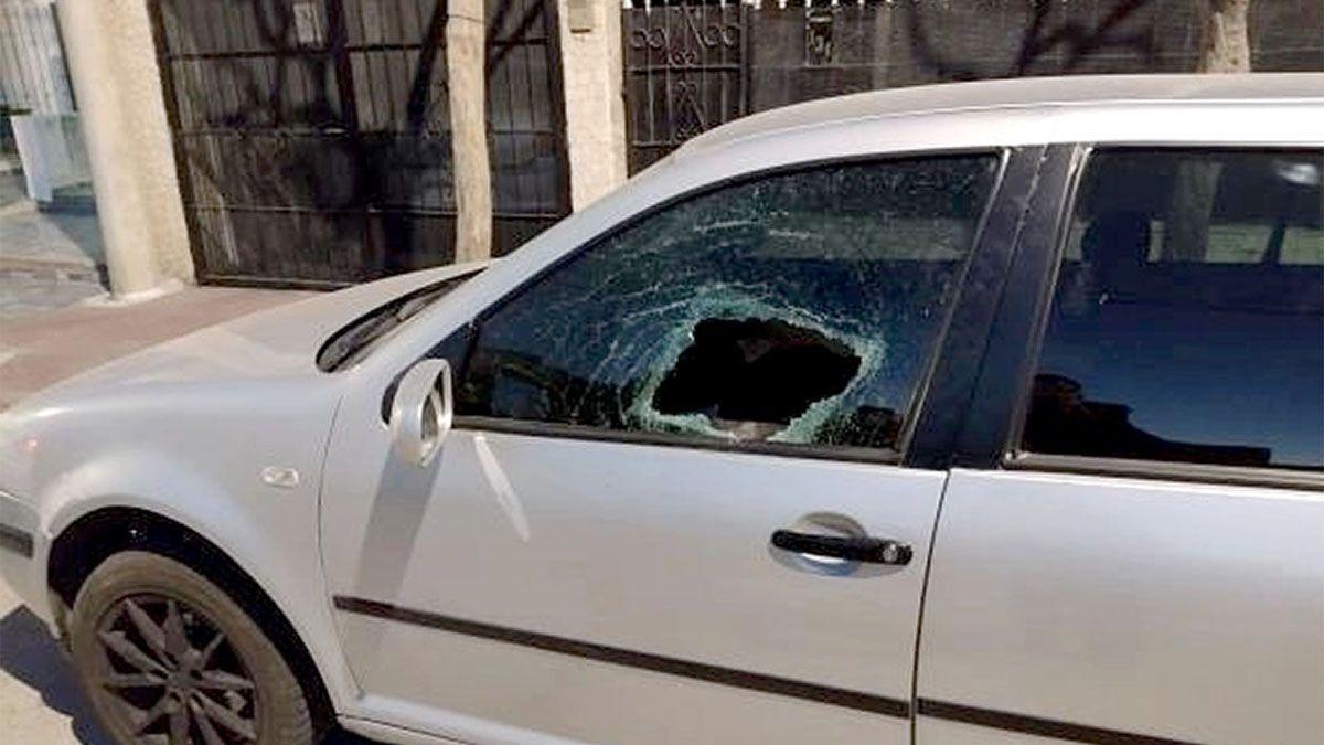 Uno de los autos dañados que estaban estacionados en calle Sarmiento casi Jaime Gil.
