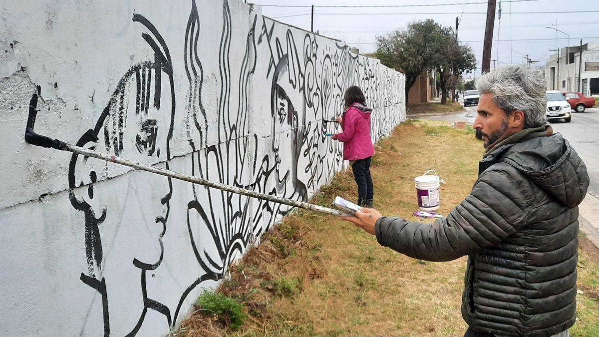 Esta semana comenzó a pintarse el mural, que se completará la semana que viene y que será el más grande de la ciudad hecho de manera colaborativa.