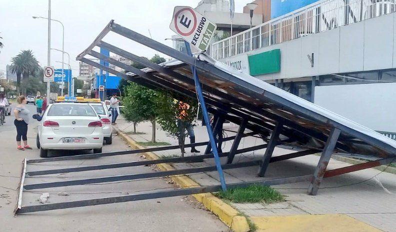 Terminal: Se desplomó un cartel de grandes proporciones