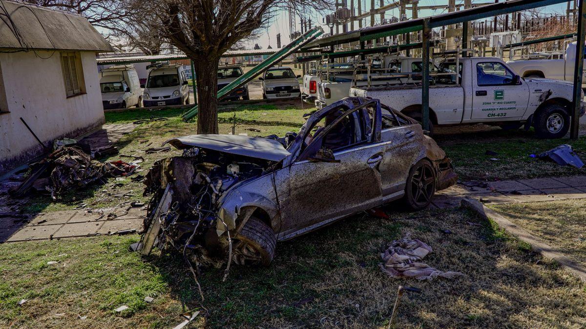 El Mercedes Benz quedó irreconocible luego del accidente en solitario.