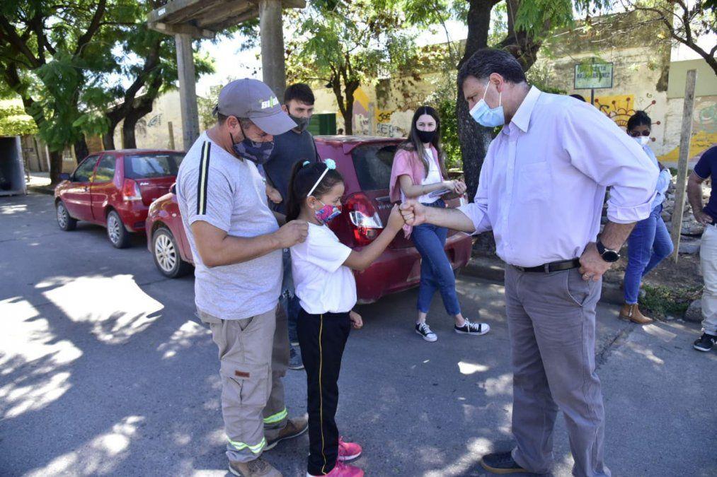 Rosso dialogó con la niña que limpiaba la plaza de su barrio