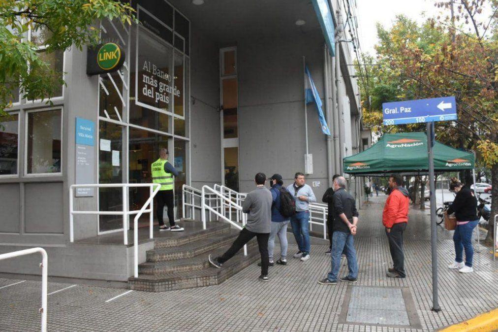 Fue detenido por golpear a un policía frente al Banco Nación