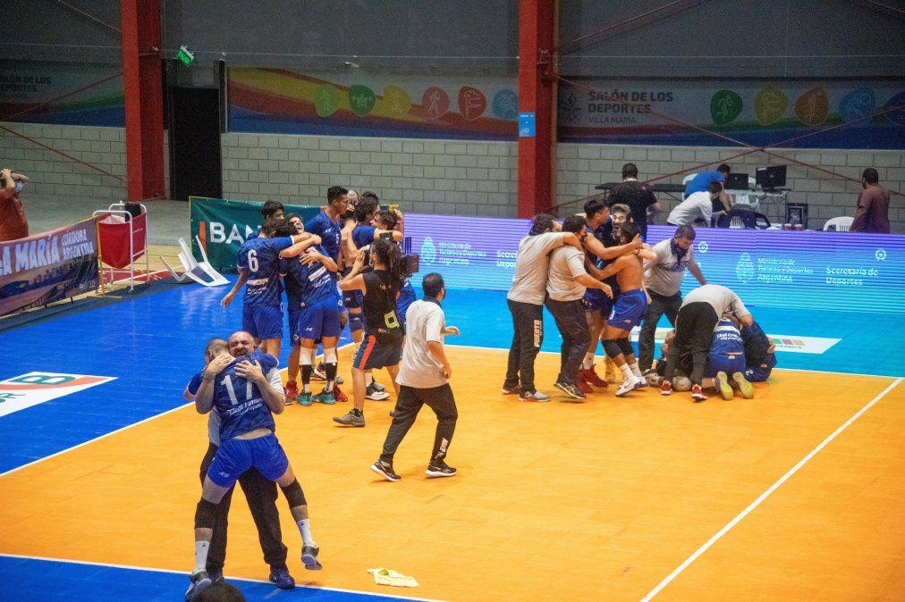 El nuevo Salón de los Deportes en la jornada final. Policial de Formosa y Monteros de Tucumán jugaron un partido acorde de lo que fue el certamen. Top.