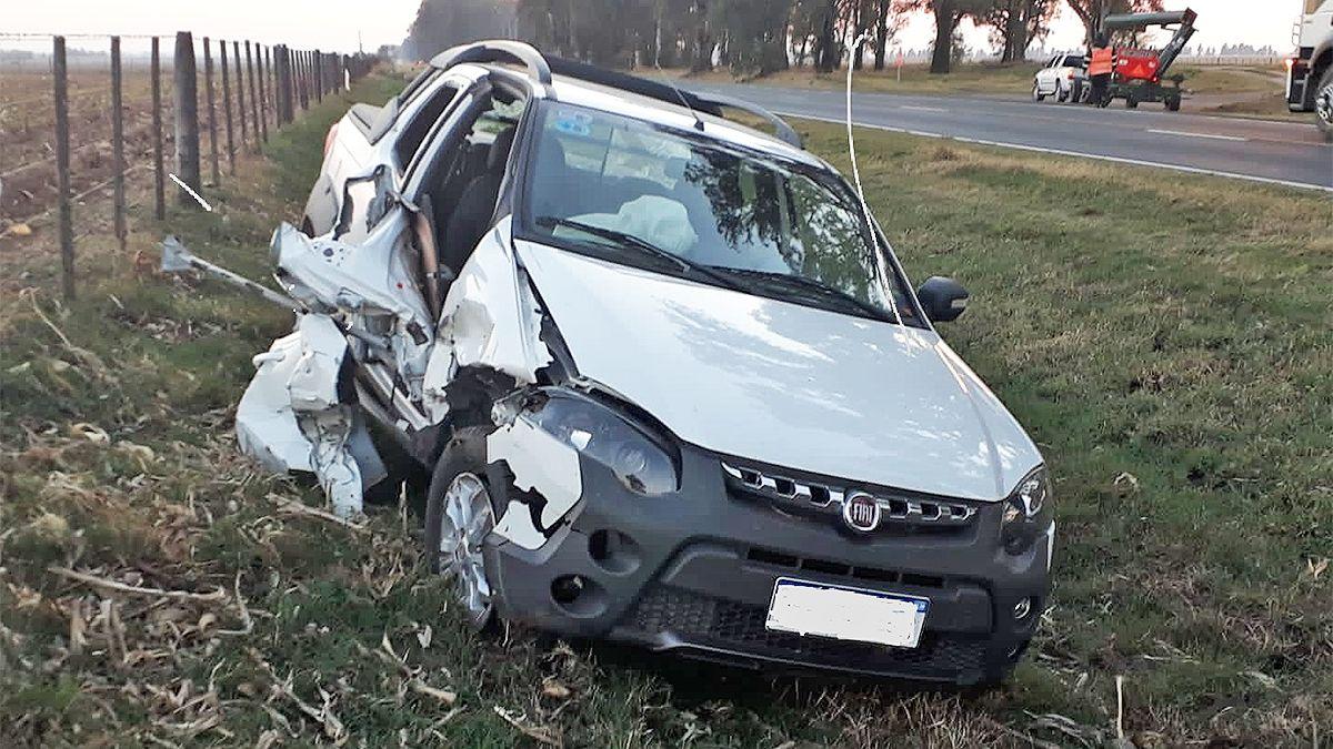 La Fiat Strada registró importantes daños materiales en el sector lateral derecho.
