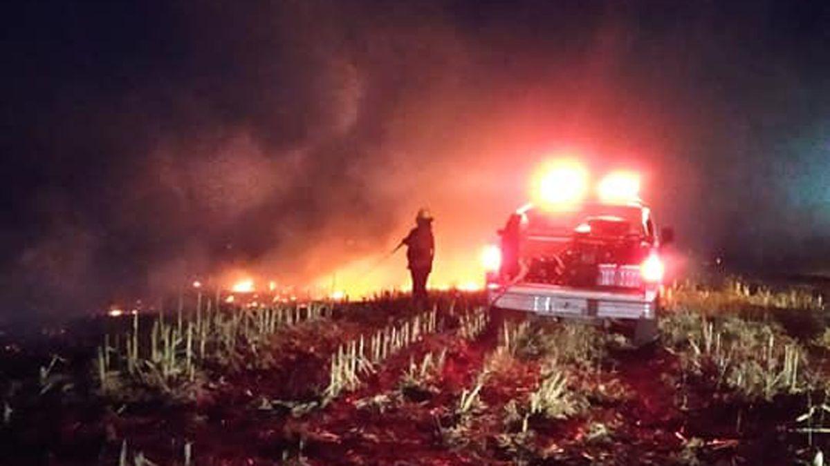 Al oeste de Alcira Gigena el fuego arrasó con rastrojos.