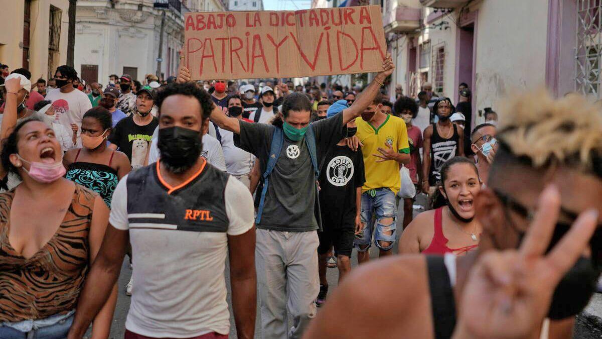 Las protestas registradas ayer en Cuba se vinculan con el impacto de la crisis económica y la pandemia del Covid-19.