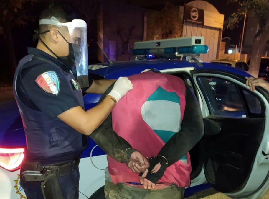 El momento en que uno de los aprehendidos es trasladado a la comisaría. Se lo acusa de robar gasoil junto a otros tres cómplices.