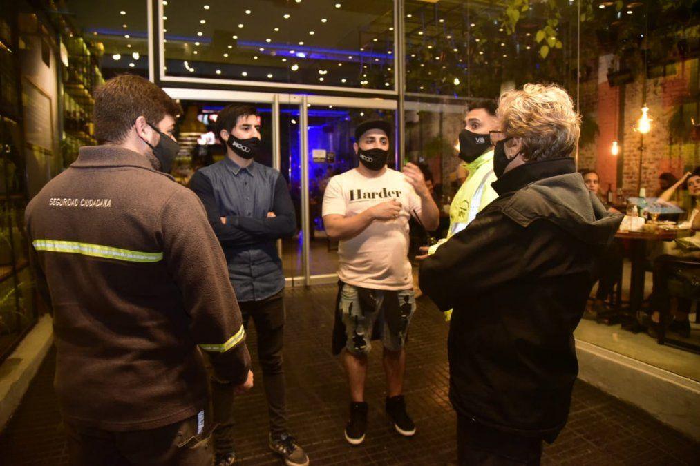 Controles. Seguridad Ciudadana en diálogo con propietarios de un restaurante de la ciudad.