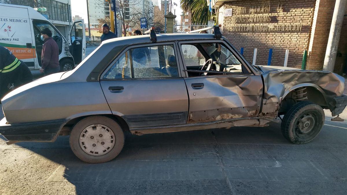 El Peugeot 504 fue impactado en el lateral derecho.