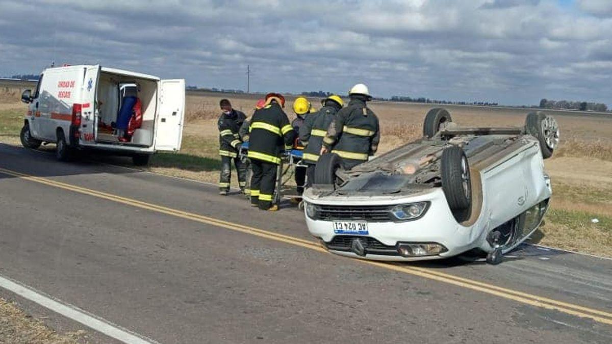El automóvil volcó tras ser impactado por una camioneta.