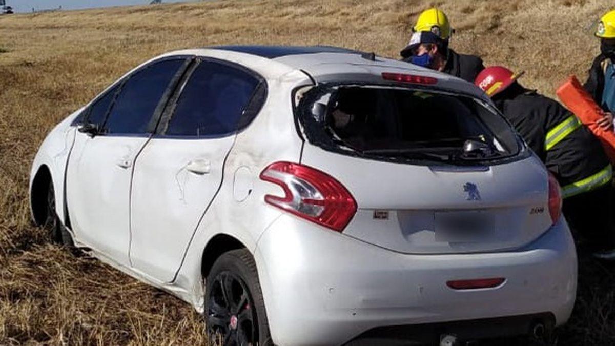 El automóvil volcó luego del choque.