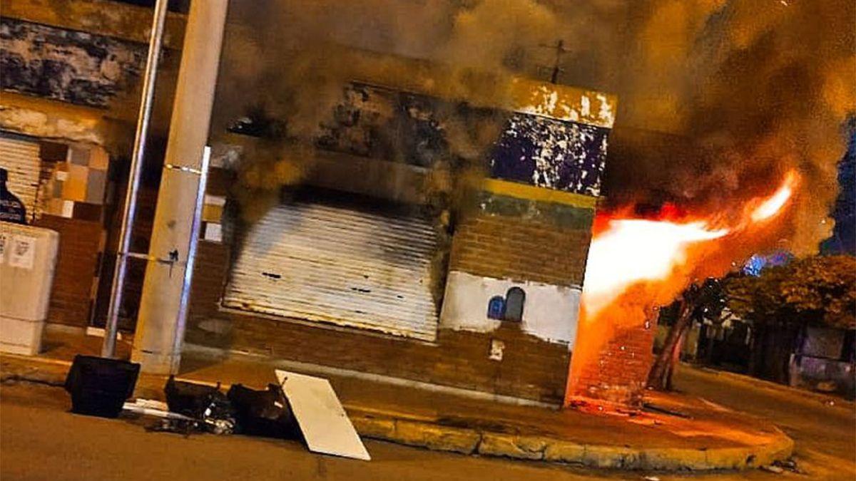 En el lugar los peritos de Bomberos trabajan a los efectos de determinar el origen del incendio.