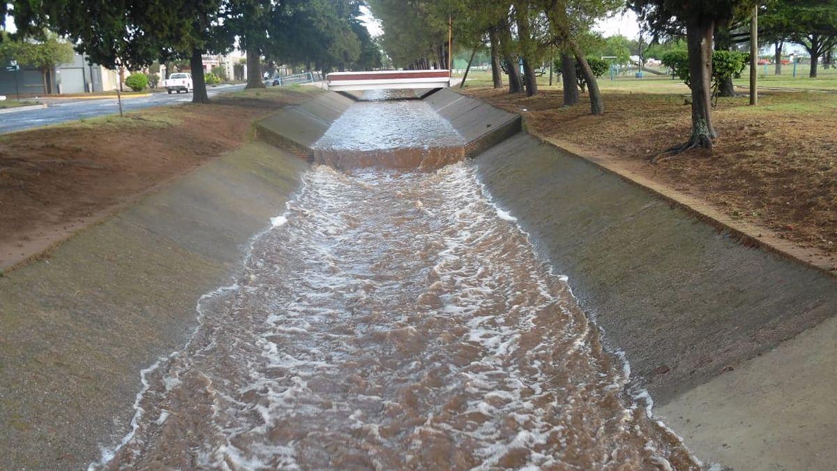 El canal de desagüe disiminuye el caudal tras el desborde del sábado.