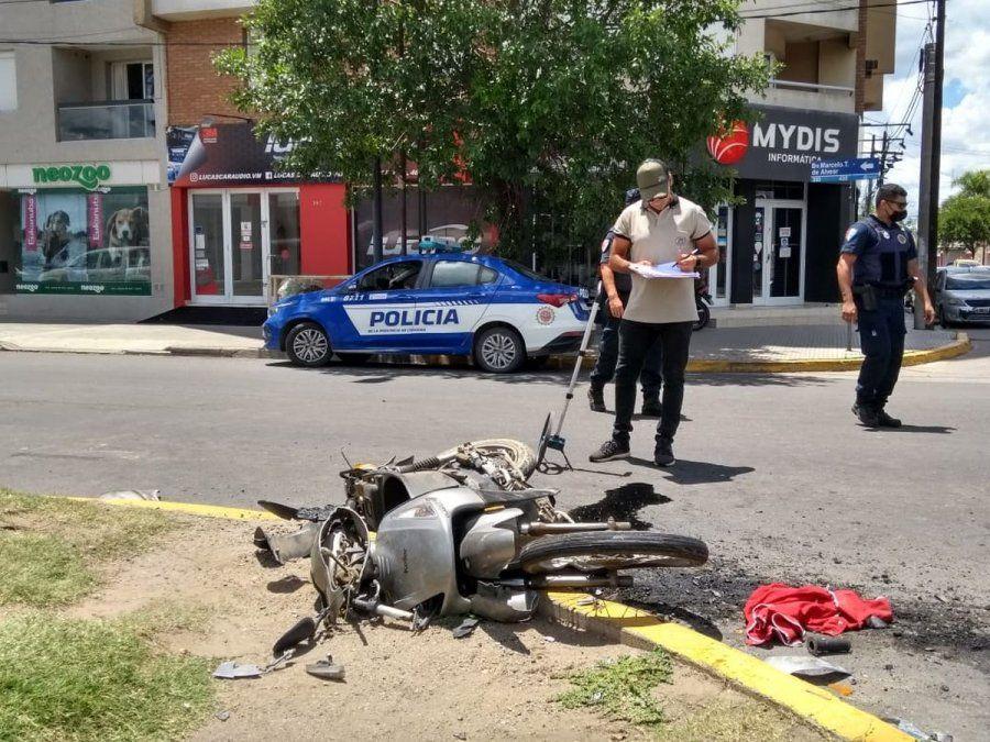 Personal policial trabaja sobre la escena del accidente. La motocicleta quedó destruida.