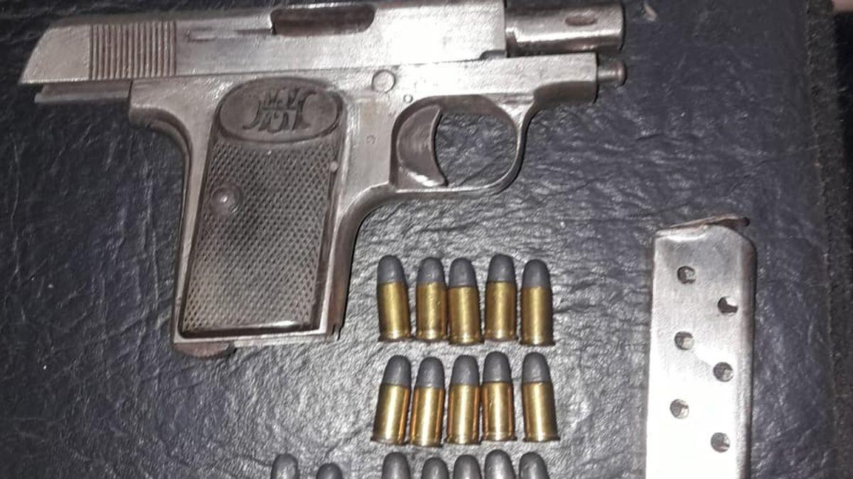 Allanaron su casa por un caso de hurto y le secuestran una pistola semiautomática