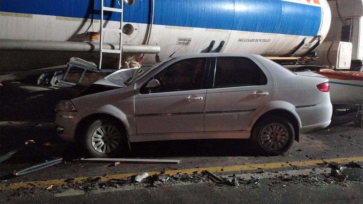 Los autos terminaron impactando contra el camión. Se investigan las causas.