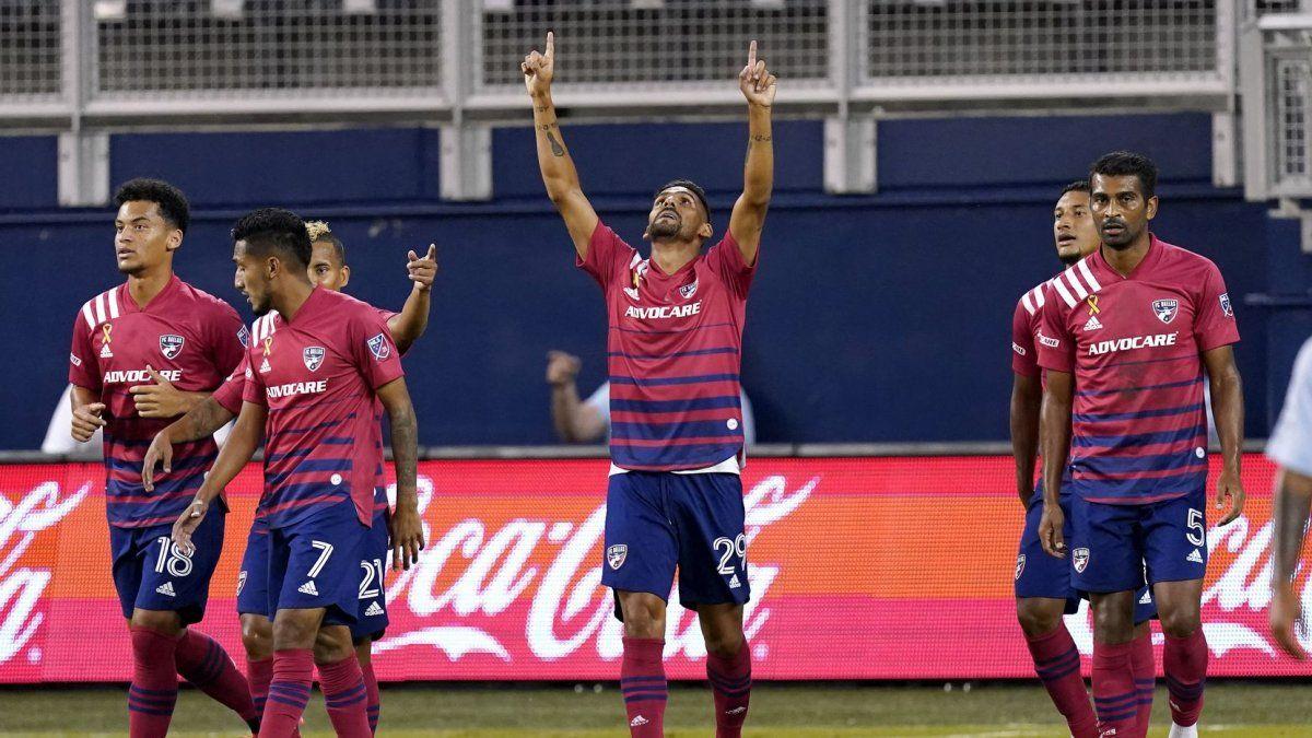 Franco Jara y el festejo al cielo.