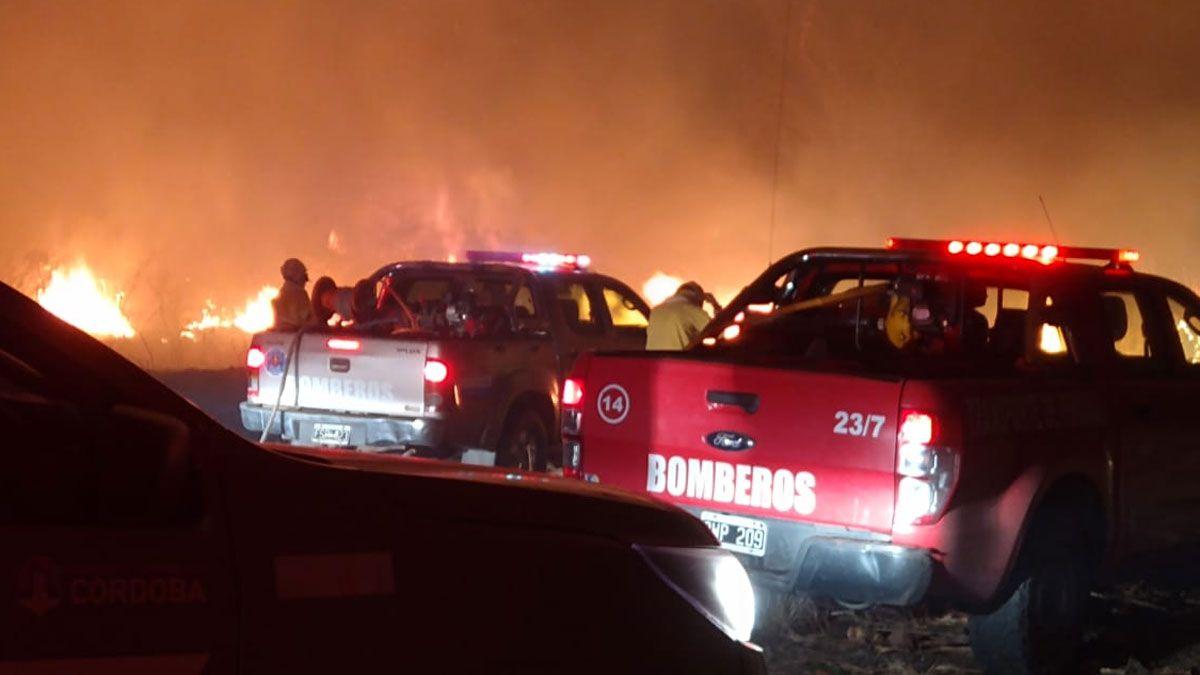 Bomberos trabajan intensamente en un incendio en José de La Quintana