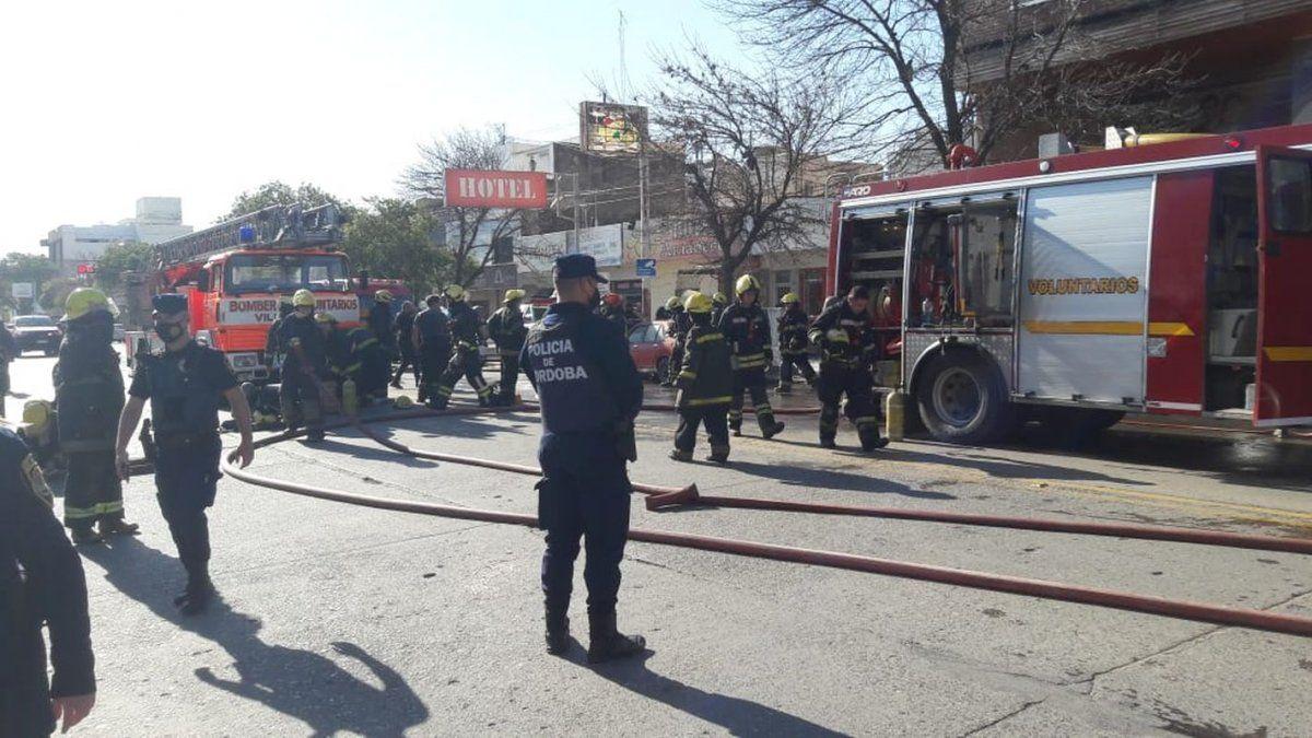 La tarea de bomberos en el edificio Alem fue intensa por la gravedad del hecho. El fuego afectó un departamento en su totalidad.