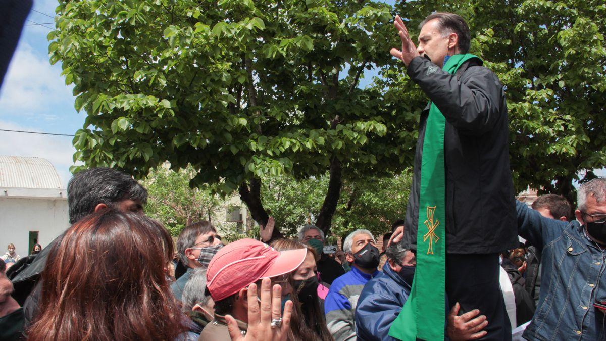 El padre Ariel DAndrea intercedió cuando los ánimos estaban exaltados frente a la Comisaría.