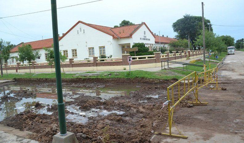 Ucacha: por las napas altas, se quiebra el pavimento y hay viviendas dañadas