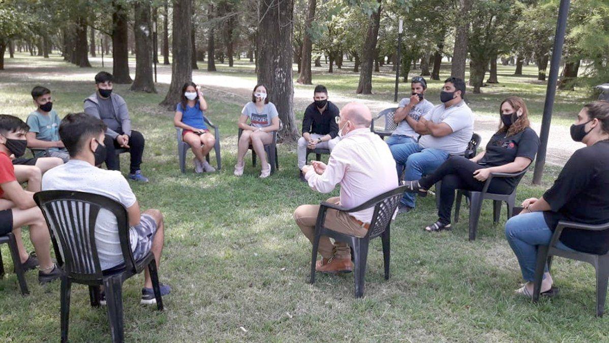 Diversión en Cabrera: el intendente y los jóvenes debatieron en el parque