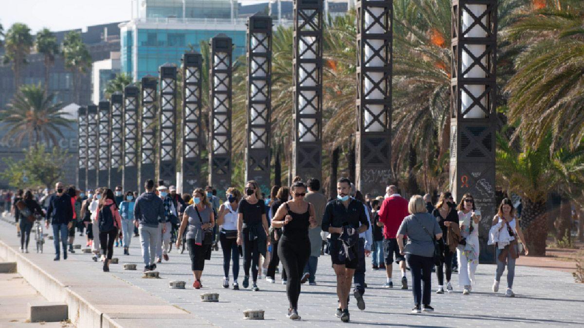 La gente paseó ayer por la explanada de la playa del Bogatell