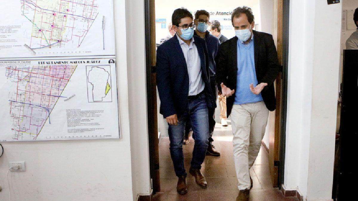 Cardozo y Llamosas ingresan al salón donde funciona el COE para dar la conferencia de prensa sobre la situación local.