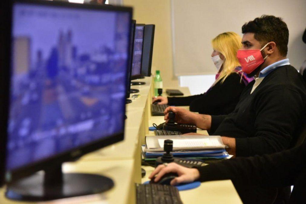 El trabajo en el centro de monitoreo se realiza de manera permanente. Más de 250 cámaras controlan lo que sucede en la ciudad.