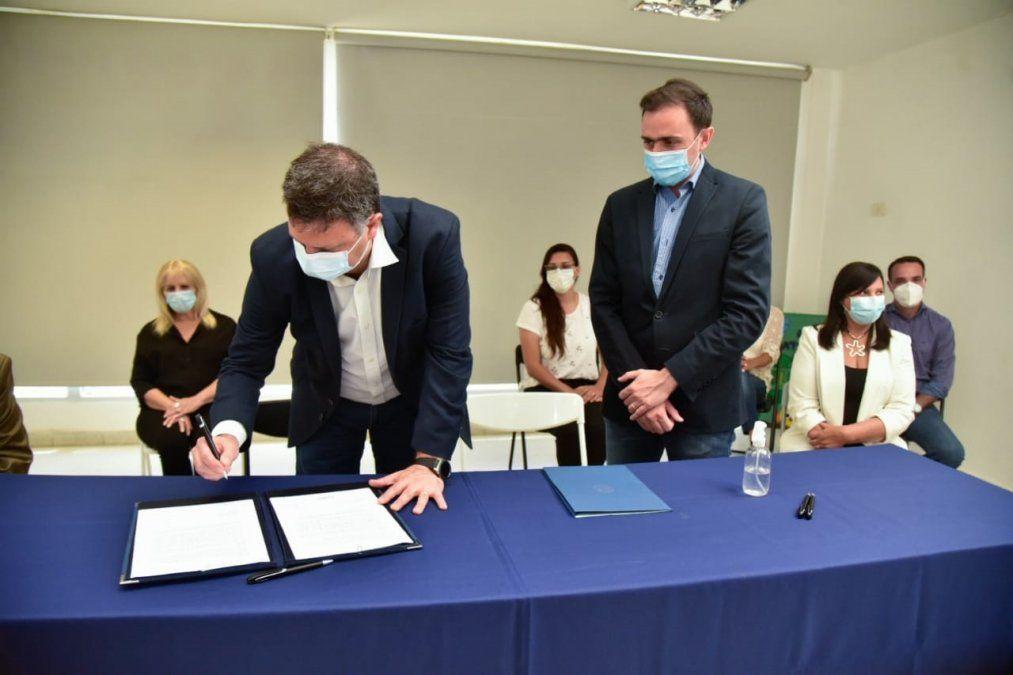 Rosso firmó el convenio para la obra de adoquinado en barrio Belgrano