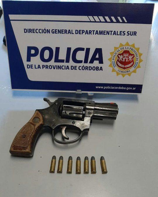 Los agentes secuestraron un arma de fuego del tipo revólver calibre 32 milímetros y cartuchos del mismo calibre.
