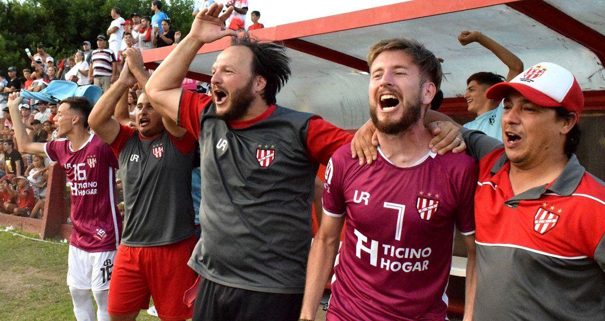 """Con jugadores e integrantes del cuerpo técnico del equipo campeón en enero de 2020. """"El club apostó en el tiempo a ese técnico"""