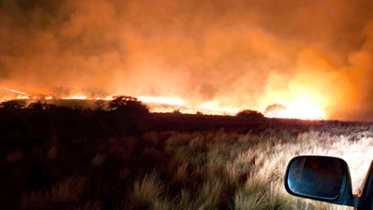 Varias dotaciones de bomberos trabajaban anoche en el incendio en la zona del Cerro Negro.