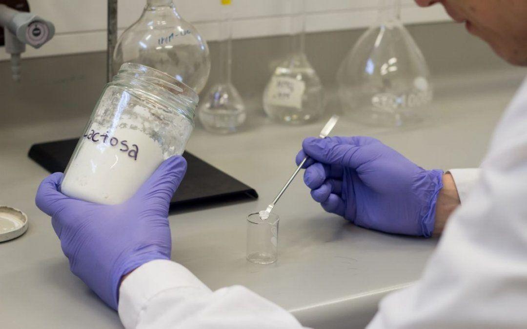 En los laboratorios de la Universidad Nacional se llevan adelante diversas investigaciones vinculadas con el sector lechero y del maní.