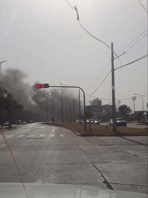 El humo negro se podía visualizar desde varios kilómetros.