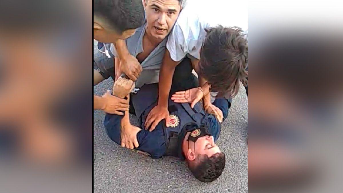 Captura del video que se hizo viral tras el episodio en el que un policía fue reducido en Sampacho.