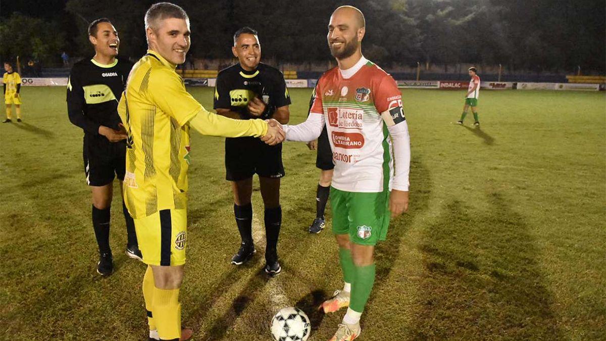Toda la buena onda entre Martín Dopazo y Germán Rivera en el sorteo de capitanes.                             Foto: Prensa Juventud Unida