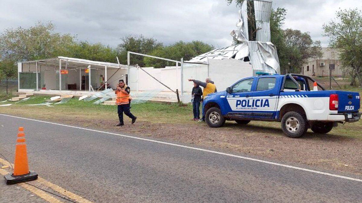 Operativo de la Policía en la zona afectada por la tormenta en Villa Rumipal.