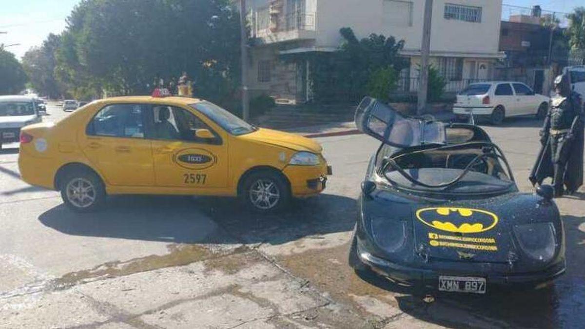 Córdoba: el Batman Solidario chocó contra un taxi en barrio San Vicente