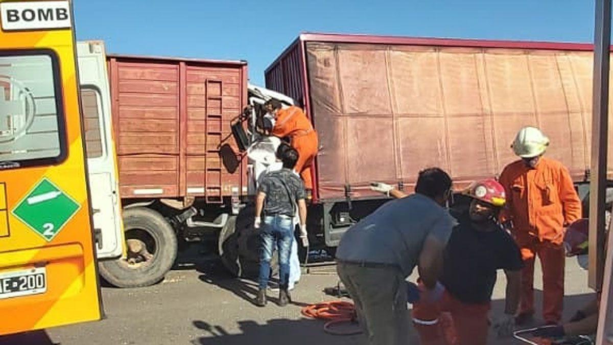 Los bomberos trabajaron para rescatar a los ocupantes del camión VW.