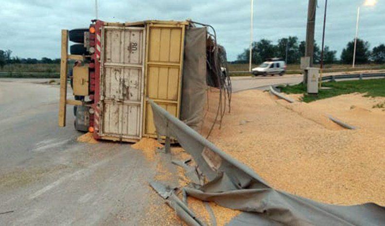 Volcó un camión en la intersección de rutas 158 y 2