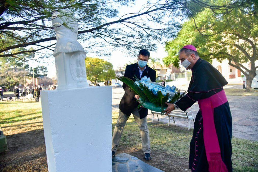 Ofrenda floral a los pies del busto del General José de San Martín.
