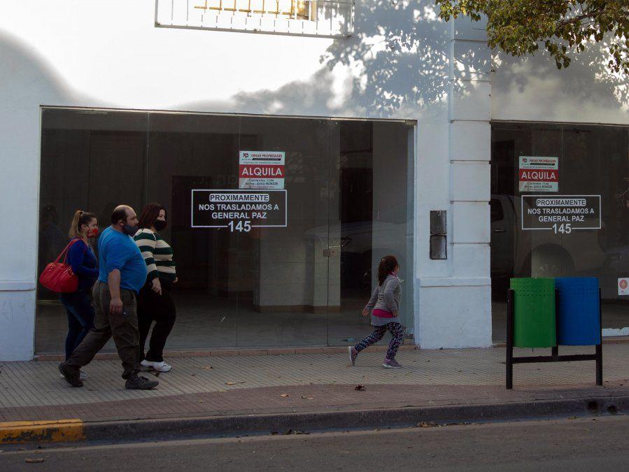 Una postal que se repite varias veces en una misma cuadra. Ya son más de 70 los locales que cerraron sus puertas en el centro de la ciudad.