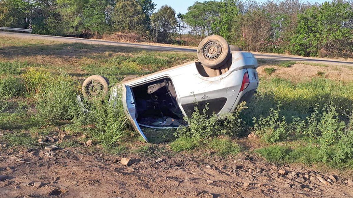 El vehículo quedó volcado en la banquina. Fuente: Info Toledo