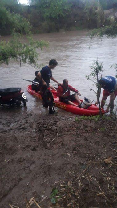 Fue a pescar, quedó atrapado en una isla y llamó a los bomberos