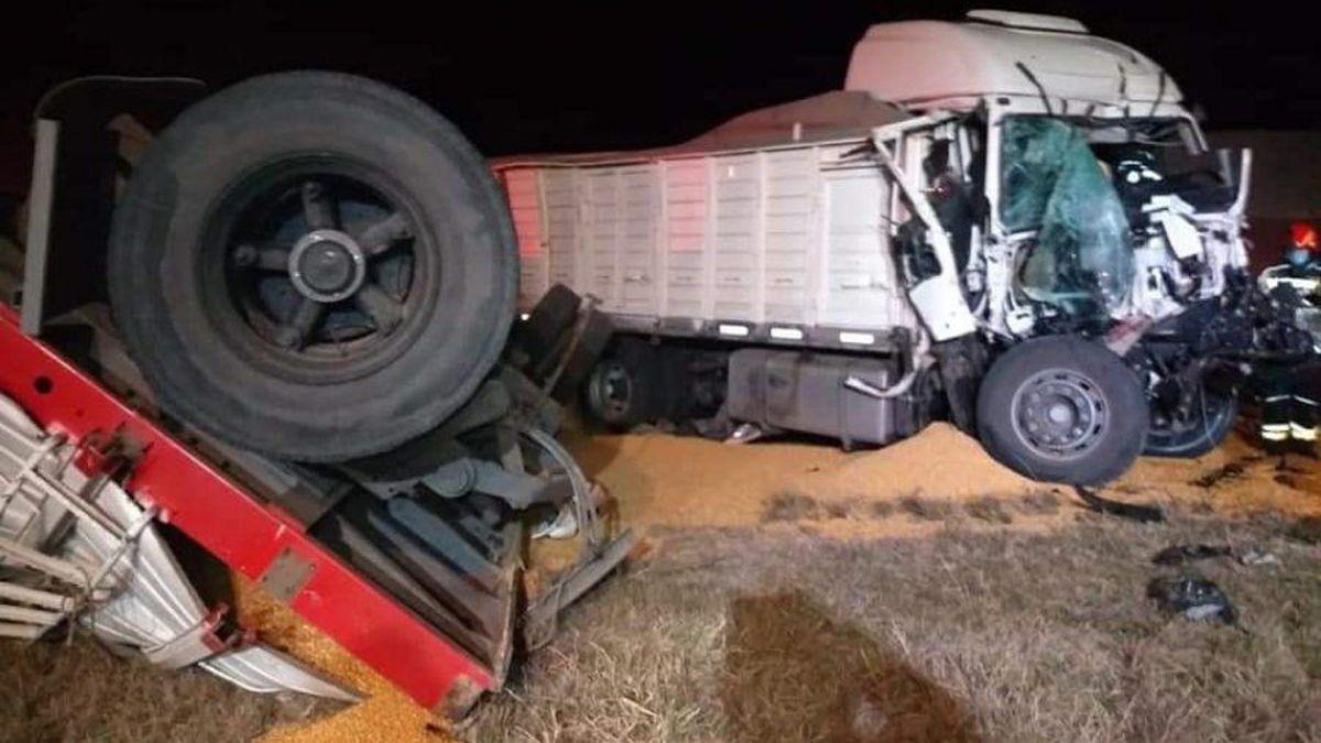 El camionero quedó atrapado en la cabina del camión y debió recibir asistencia.