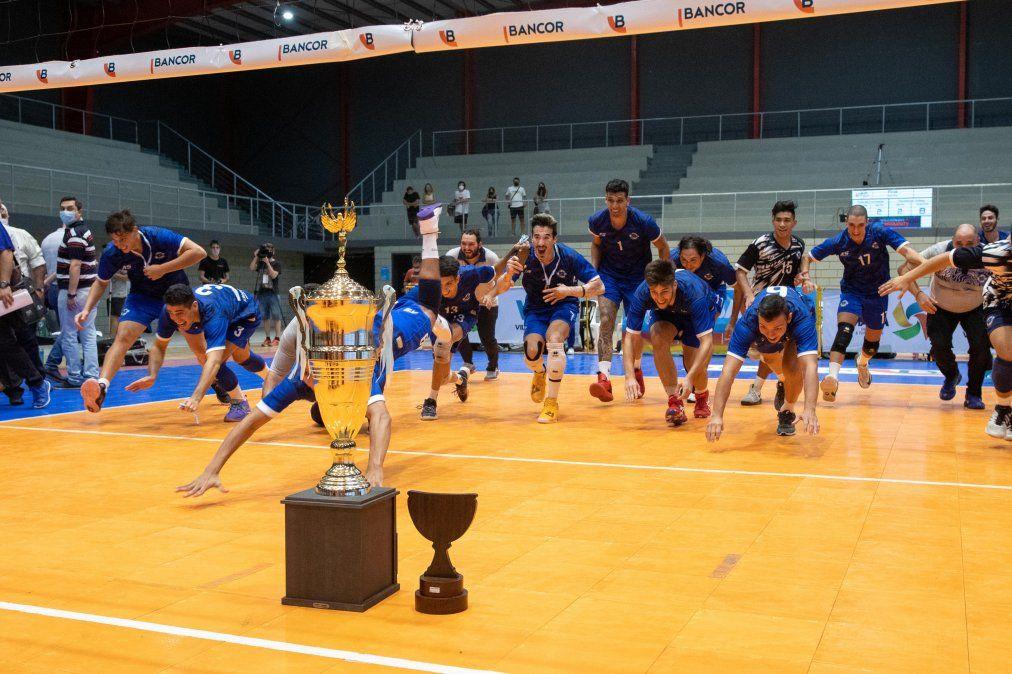De la cabeza. Los jugadores de la Asociación Mutual Policial de Formosa son los dignos campeones de la Liga Nacional y se tiran en busca del merecido trofeo.