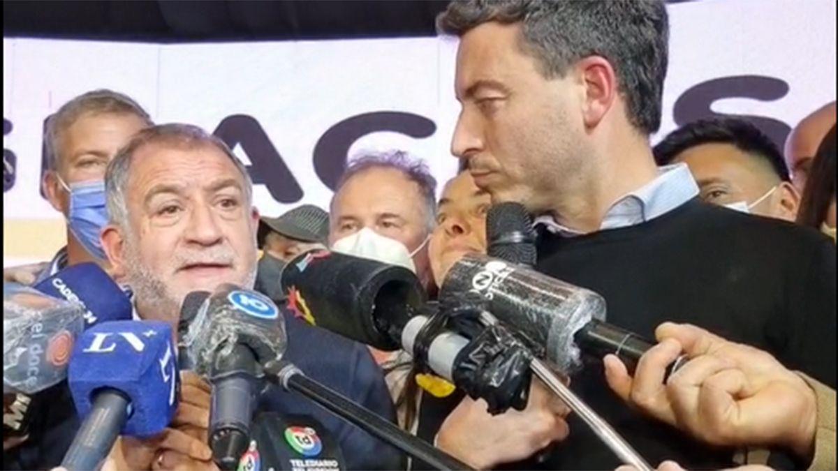 El candidato a senador Luis Juez junto a De Loredo celebrando la victoria.