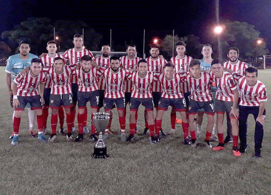 El plantel de Atlético Ticino con la copa. En el inicio del año participó de un cuadrangular de equipos campeones. Recién en el final de 2020 volvió a entrenar.