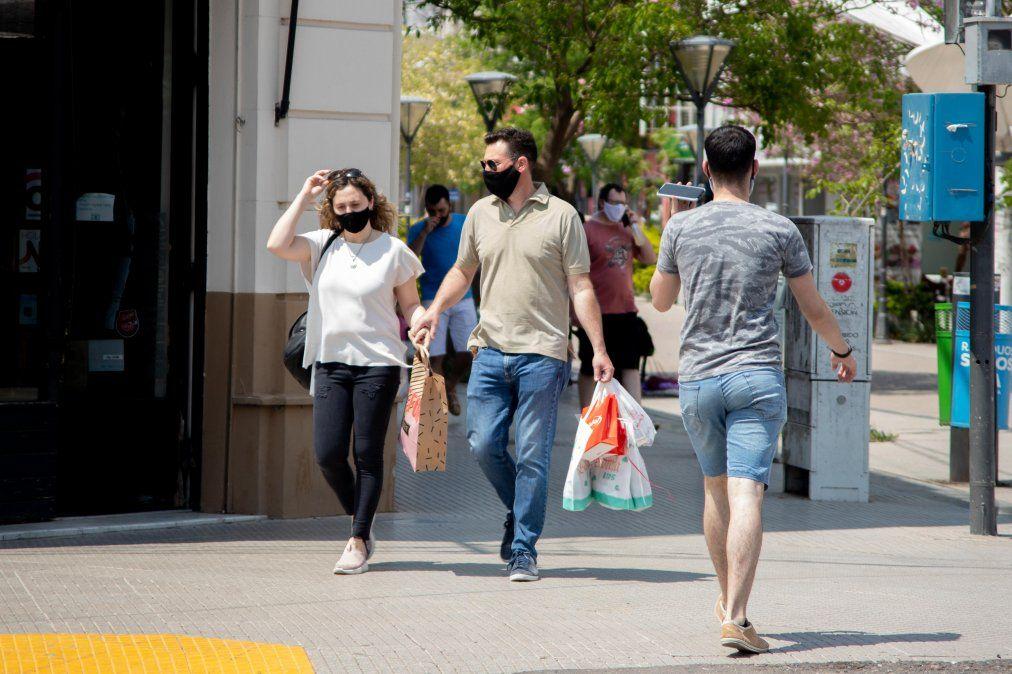 Muchos comercios que antes estaban en la zona céntrica de la ciudad mudaron sus ventas a la web y atienden de manera online.